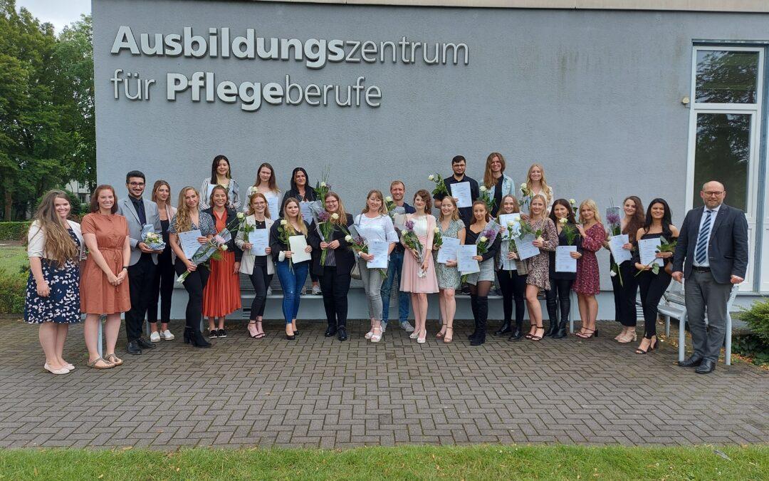 Ausbildungszentrum für Pflegeberufe Lippstadt entlässt 24 Fachkräfte